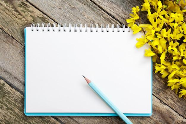 Blocnote leeg blad voor nota's over houten achtergrond