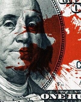 Bloed geld concept. fragment van een biljet van honderd dollar met bloedvlekken