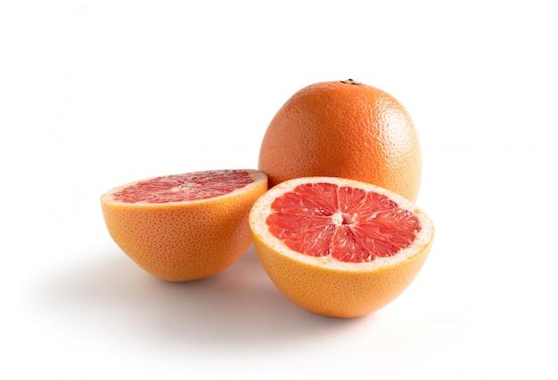 Bloed rode sinaasappelen geïsoleerd van de achtergrond. bevat uitknippad