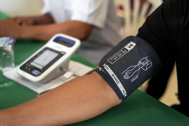 Bloeddonatieconcept. het nemen van geduldige bloeddruk