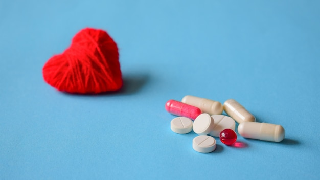 Bloeddruk pillen. wit en rood verschillende pillen