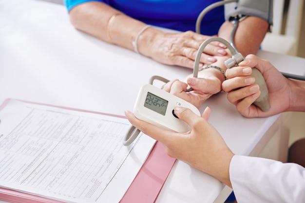Bloeddruk van senior patiënt controleren