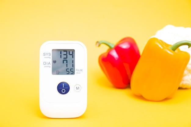 Bloeddrukmeter en paprika's van verschillende kleuren