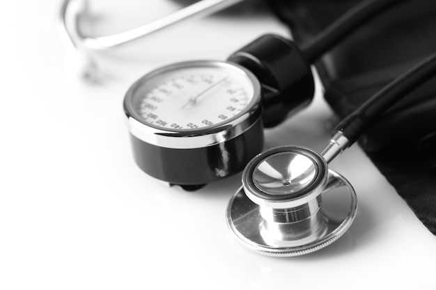 Bloeddrukmeter en stethoscoop, op witte tafel