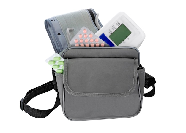Bloeddrukmeter, pillen, zak op wit. geneeskunde set. concept gezondheidszorg.