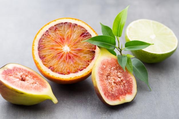 Bloederige siciliaanse sinaasappels en vijgen. ondiepe scherptediepte.
