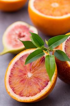 Bloederige siciliaanse sinaasappels en vijgen
