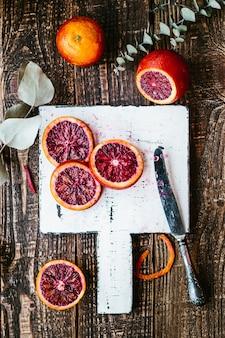 Bloedige siciliaanse sinaasappelen op een houten tafel. bovenaanzicht bovenaanzicht close-up, kopieer ruimte