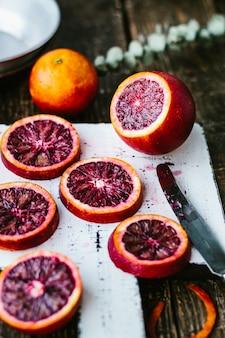 Bloedige siciliaanse sinaasappelen op een houten tafel. detailopname