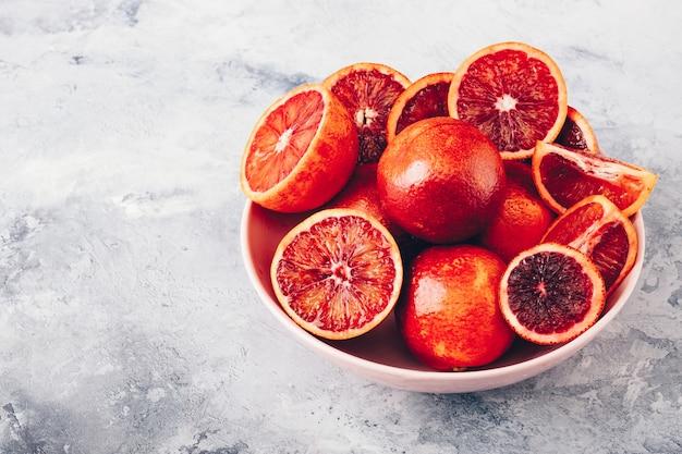 Bloedige sinaasappelen op een bord
