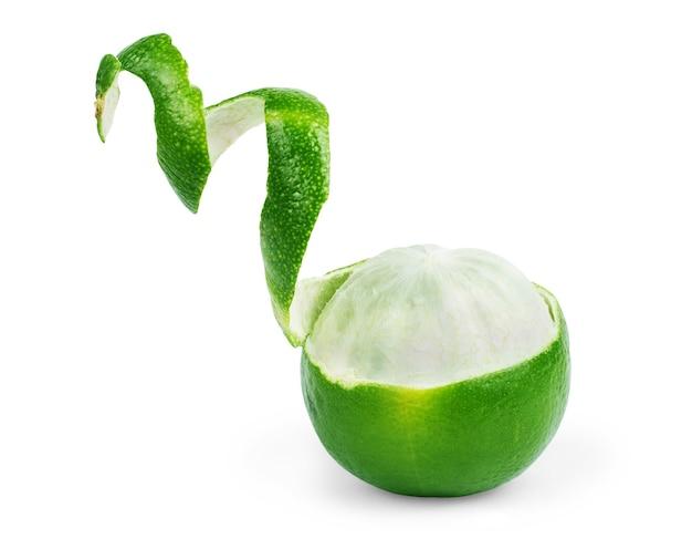 Bloedzuiger limoen, gesneden en rollende huid kruiden fruit geïsoleerd op een witte achtergrond.
