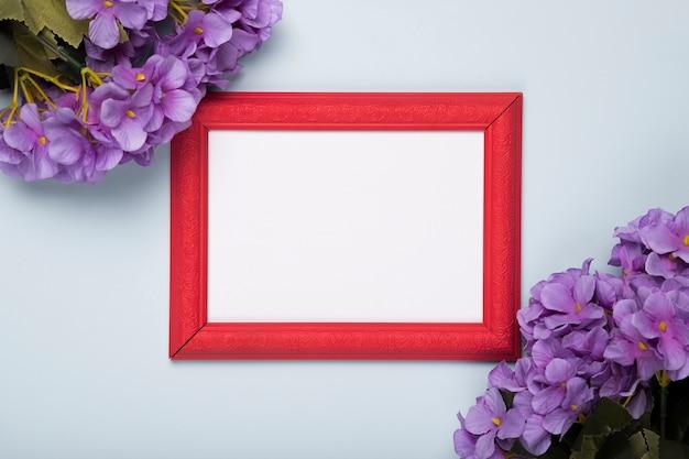 Bloeiende bloemen met frame op tafel