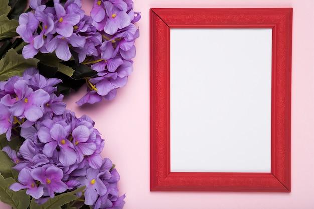 Bloeiende bloemen naast frame