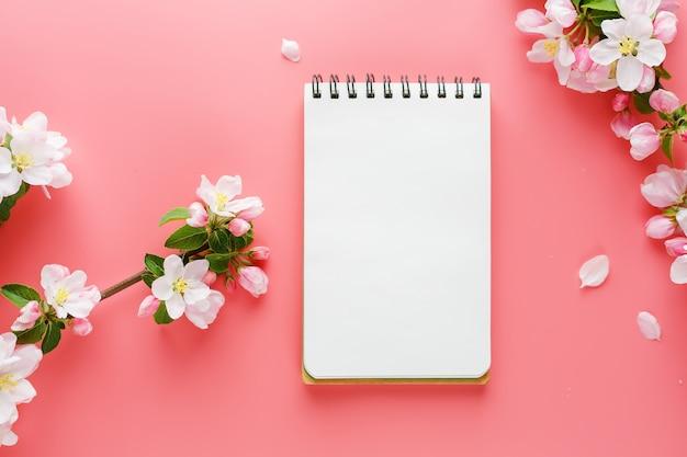 Bloeiende lente sakura op roze