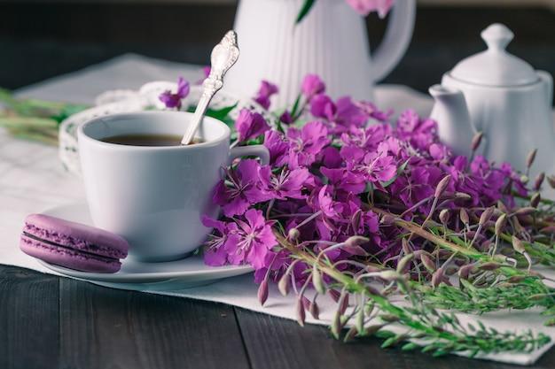 Bloeiende sally en kopje thee.