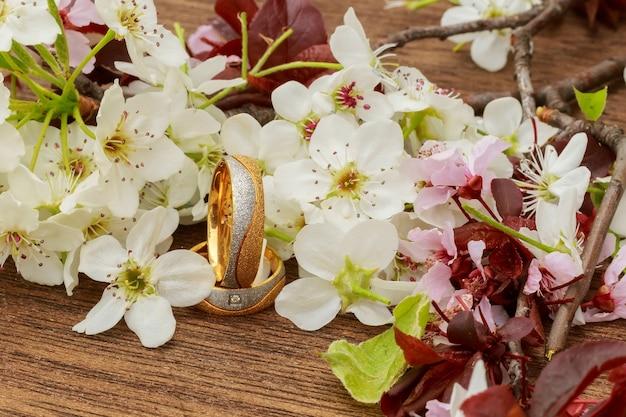 Bloeiende tak met wit delicaat oppervlak. verklaring van liefde, lente. groet. bruidsboeket,
