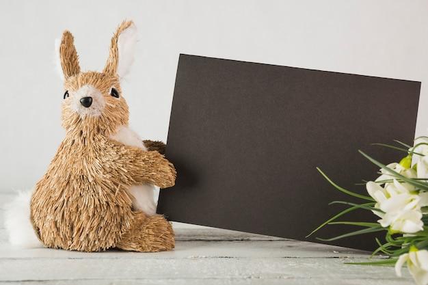 Bloeit dichtbij konijntje met papier