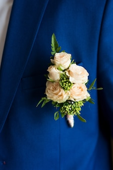 Bloem corsages op de bruidegom jas close-up