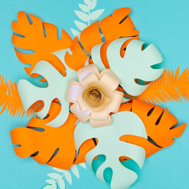Bloem en bladeren gemaakt van papier op tafel
