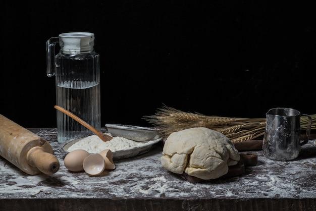 Bloem en ei op het bord
