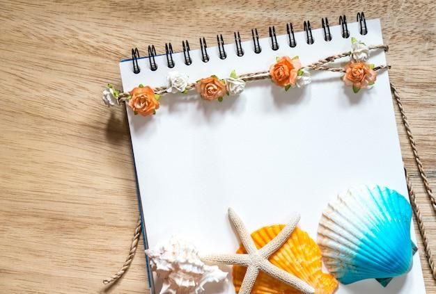 Bloem en shell notitieboekje.