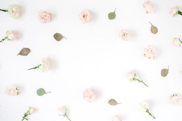 Bloem frame gemaakt van beige rozen, eucalyptusblad en witte anjer op wit