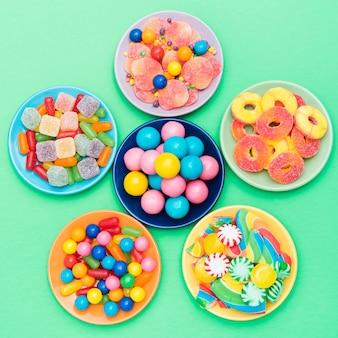 Bloem gemaakt van kommen met snoepjes op tafel