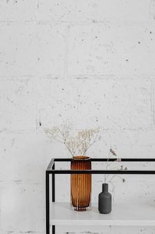 Bloem in een vaas bij een witte muur
