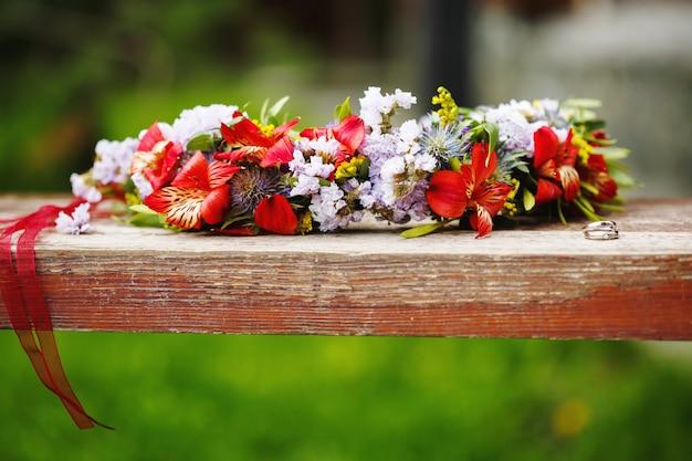Bloem krans decoratie met trouwringen