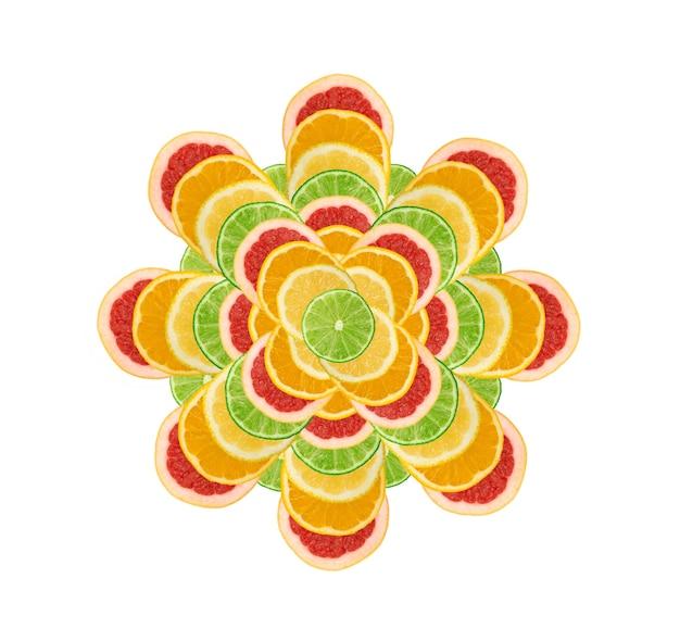 Bloem van gesneden citroen, sinaasappel, limoen en rode grapefruit plat lag en bovenaanzicht. macro foto van citrusvruchten geïsoleerd op een witte ondergrond