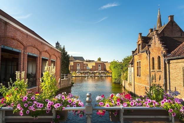 Bloembed, rivierkanaal in oude toeristenstad