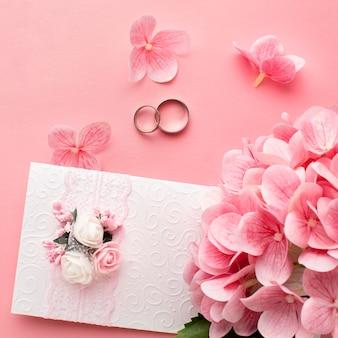 Bloemblaadjes en luxe bruiloftsbriefpapier