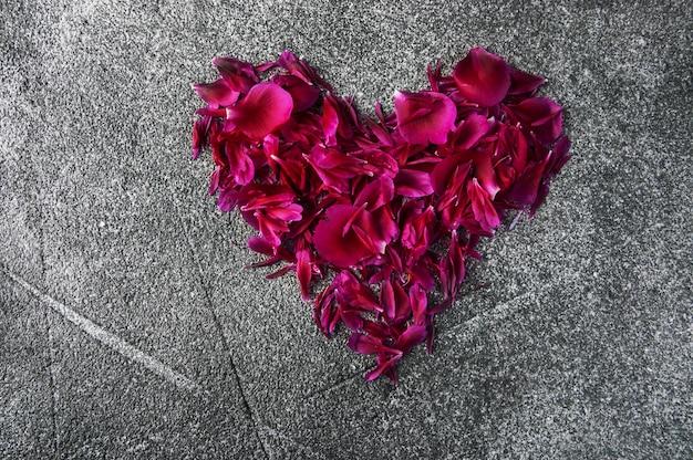 Bloemblaadjes van een pioen in de vorm van een hart