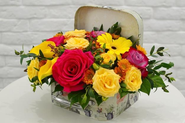 Bloemboeket mooi. boeket bloemen op tafel.
