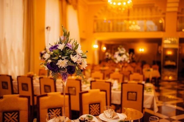 Bloemcomposities bij een bruiloftsbanket