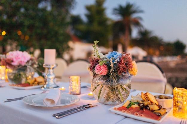 Bloemcomposities op de trouwtafel in rustieke stijl