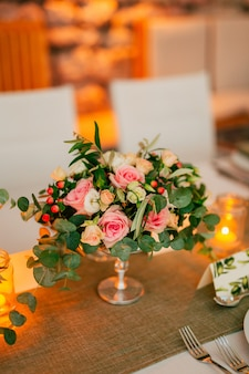 Bloemcomposities op de trouwtafel in rustieke trouwdecoraties met hun eigen handen
