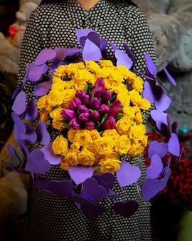 Bloemdecor boeket gele rozen en paarse tulpen