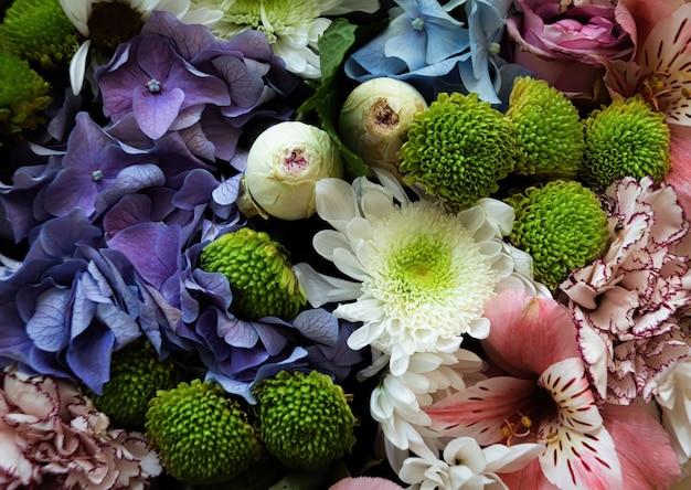 Bloemen achtergrond. feestelijk boeket van diverse bloemen waaronder blauwe hortensia, roze alstroemeria en groengroene dahlia