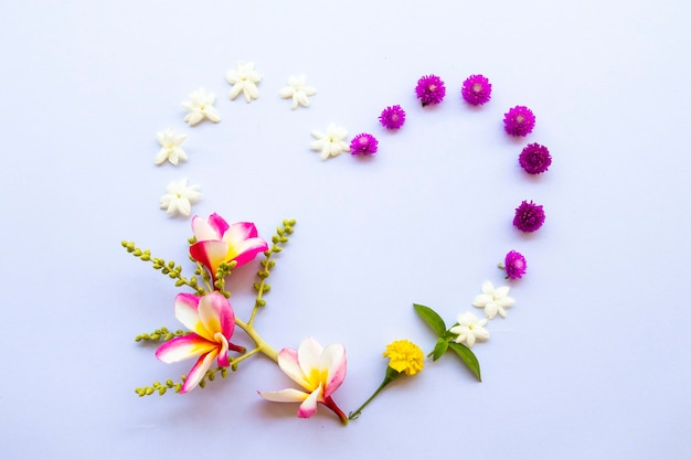 Bloemen arrangement hart briefkaart stijl