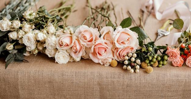 Bloemen arrangement met roze rozen