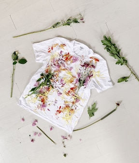 Bloemen bloemblaadjes en bladeren op een t-shirt