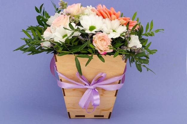 Bloemen, boeket in stijlvolle houten kist