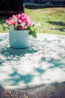 Bloemen boeket op houten tuin tafel