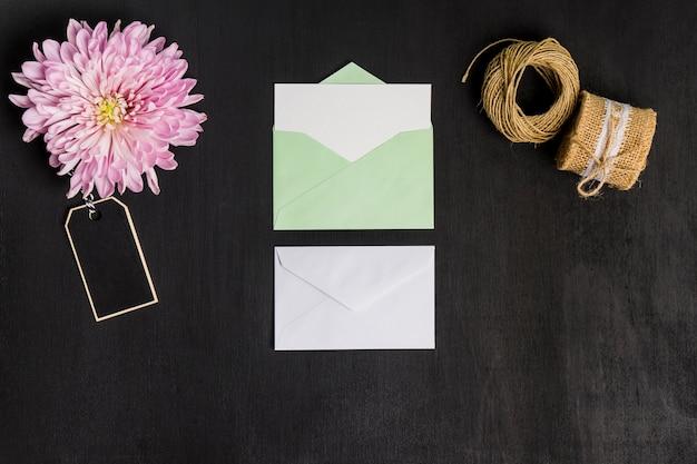 Bloemen decoratie met vellen papier en envelop