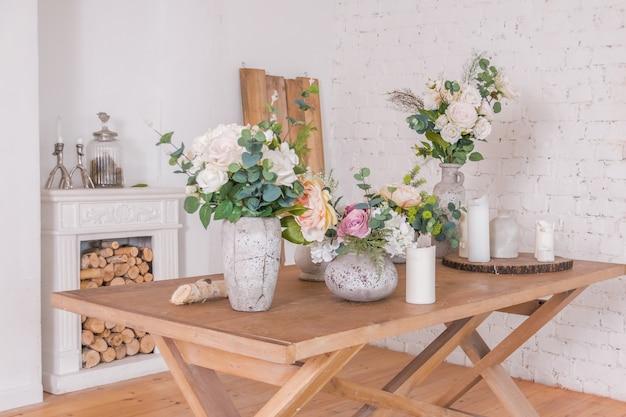 Bloemen decoratie winkel. verschillende vazen met lente sommer bloemen op de houten tafel