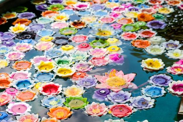 Bloemen drijvende kaarsen in draaikolk vertegenwoordigen een heilige vesting