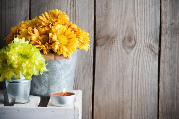 Bloemen en aangestoken kaarsbinnenland