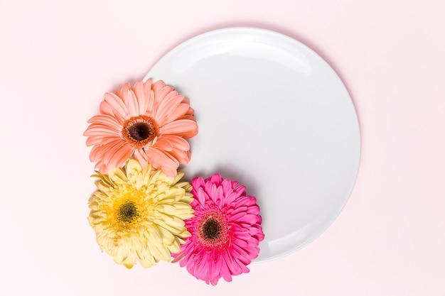 Bloemen en bord