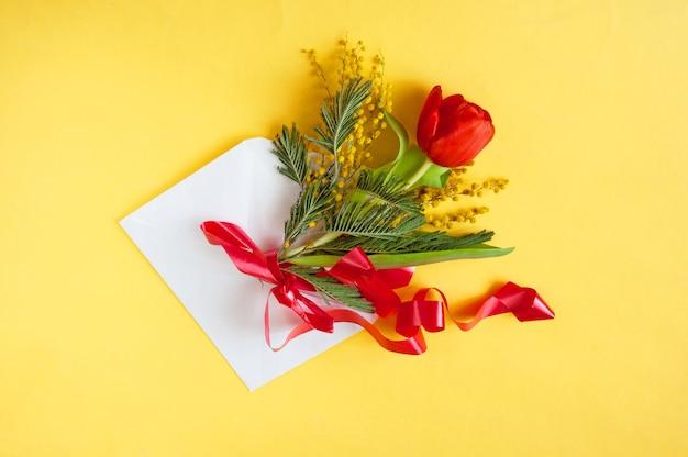 Bloemen en envelop in wenskaart